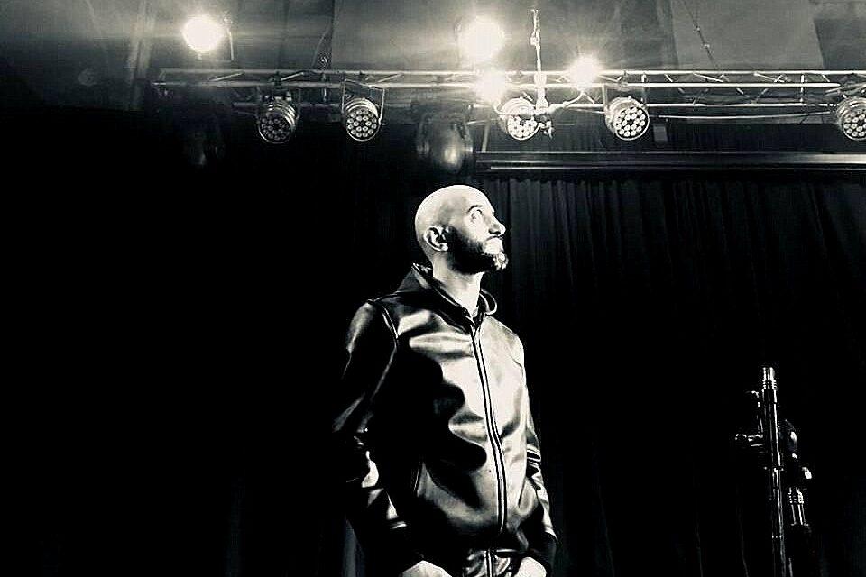 Gonzalo Romero presenta Basta de amores de mierda